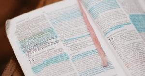 Bijbel met markeringen